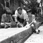 577px-Ernest_Hemingway_with_sons_Patrick_and_Gregory_with_kittens_in_Finca_Vigia,_Cuba