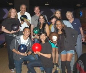 533a3d4f345bd-hollywood-pal-kids-cops-celebs-have-a-bowl-25